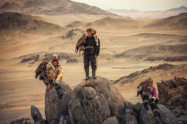 I cacciatori di aquile kazaki indossano tradizionalmente il tipico abito mongolo