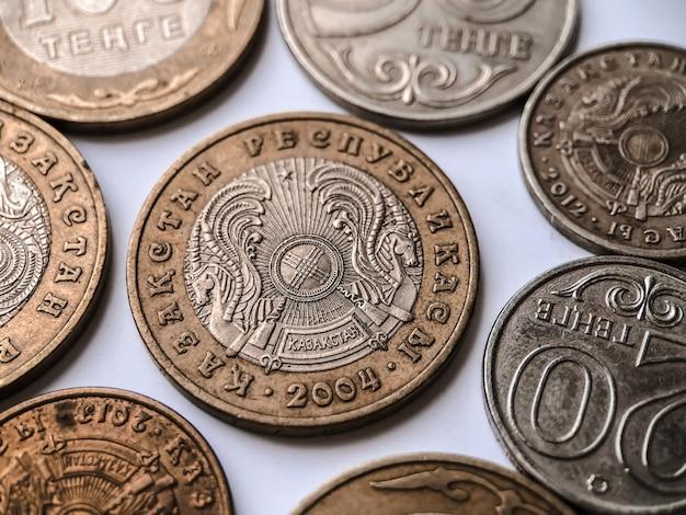 Soldi del kazakistan isolati su priorità bassa bianca. valuta del kazakistan.