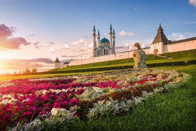 Pavone di fiori di kazan alle pareti del cremlino di kazan al tramonto