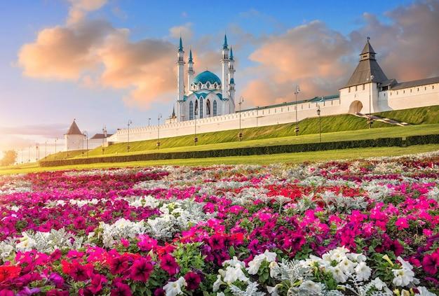 Cremlino di kazan e fiori colorati sotto un bellissimo cielo blu al tramonto