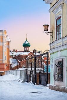 Chiesa dei vecchi credenti di kazan tra due case di due epoche - il 19 e il 21 secolo