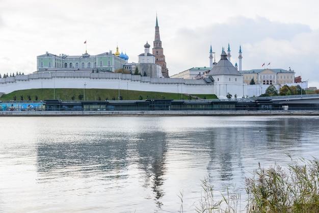 Kazan\russia - 01 aprile 2020: vista del cremlino di kazan con palazzo presidenziale, cattedrale dell'annunciazione, torre soyembika, moschea qolsharif dall'argine. al mattino in una giornata nuvolosa.