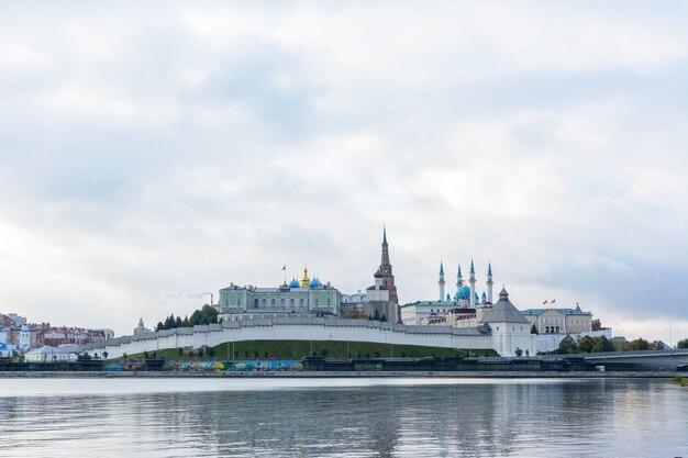 Kazan, russia - 3 maggio 2020: vista del cremlino di kazan con palazzo presidenziale, cattedrale dell'annunciazione, torre soyembika, moschea qolsharif dall'argine. al mattino in una giornata nuvolosa.