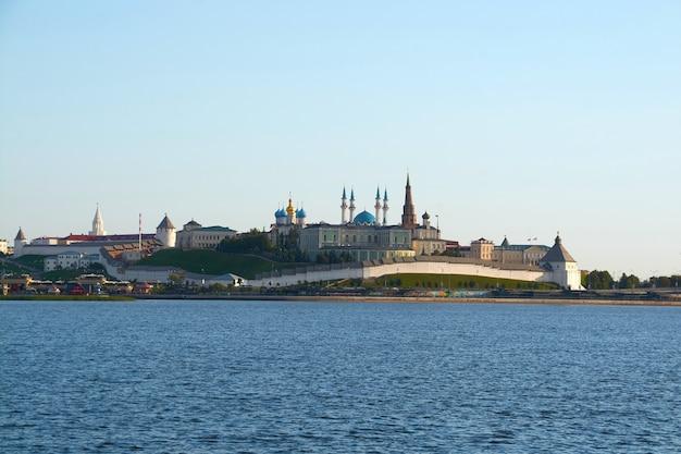 Argine del fiume kazanka con vista sul cremlino di kazan. giornata di sole estivo