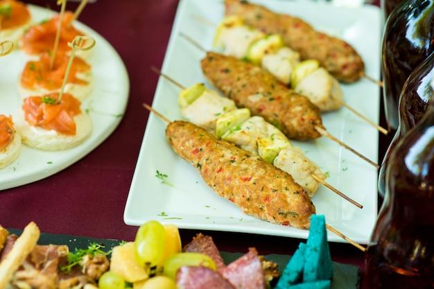 Kebab su spiedini sul tavolo della ristorazione