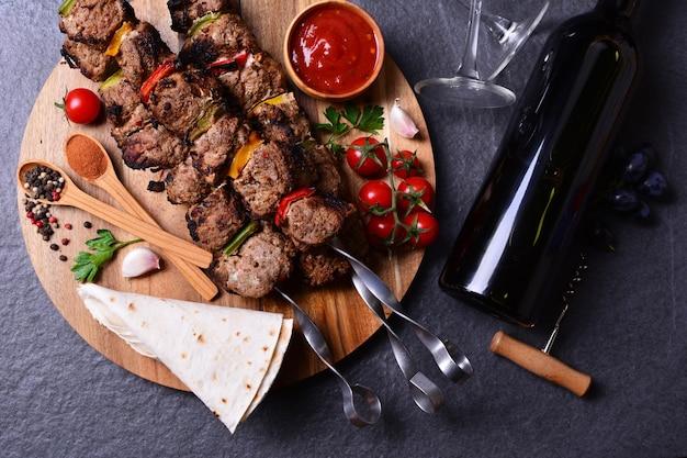Kebab con spezie al vino e verdure