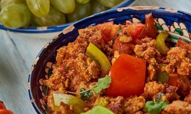 Keema shimla mirch, carne macinata al curry misto, cucina hyderabadi, asia piatti tradizionali assortiti, vista dall'alto.