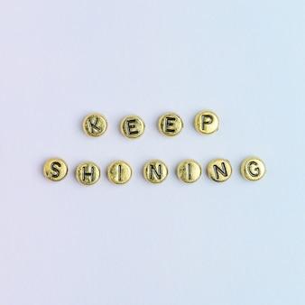 Keep shining perline tipografia parola su pastel