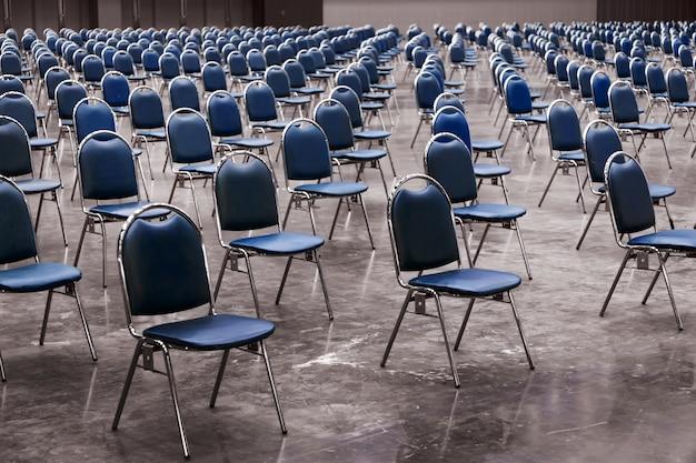 Mantieni il posto nello spazio nella sala d'esame nel concetto di distanza sociale