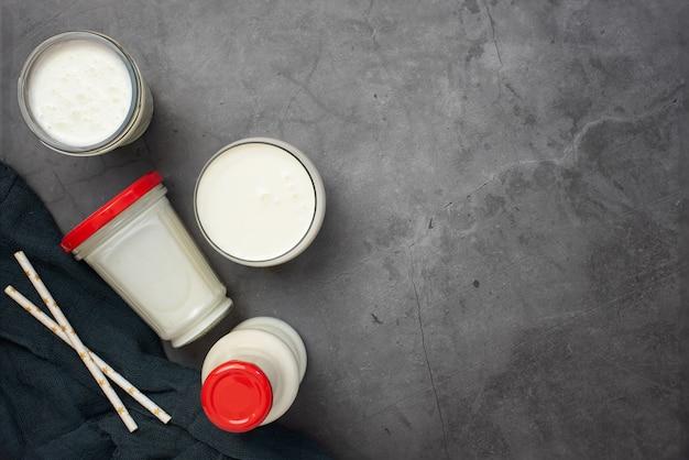 Bevanda di kefir su sfondo grigio con uno spazio di copia