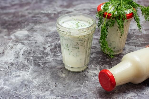 Bevanda del kefir con aneto su gray con lo spazio della copia