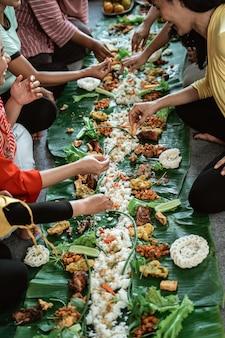 Kembulan javanese che mangia la tradizione insieme