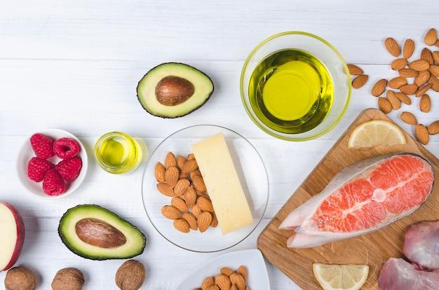 Dieta cheto con salmone, avocado e uova
