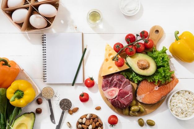 Selezione di alimenti dietetici chetogenici a basso contenuto di carboidrati
