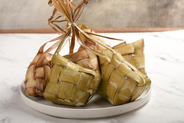 Ketupat è gnocco di riso è una prelibatezza locale durante le festività seasoneid mubarak o lebaran