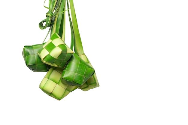 Ketupat o gnocco di riso su sfondo bianco