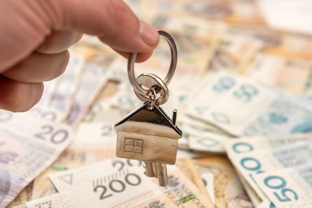 Chiave per la casa lyi su denaro polacco, pln. concetto immobiliare