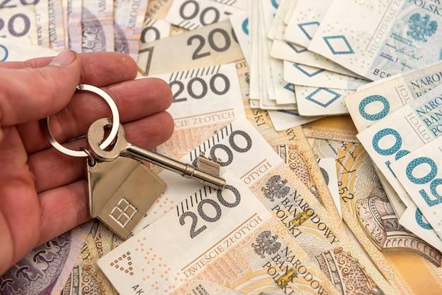 Chiave per la casa lyi con soldi polacchi, pln. concetto di bene immobile