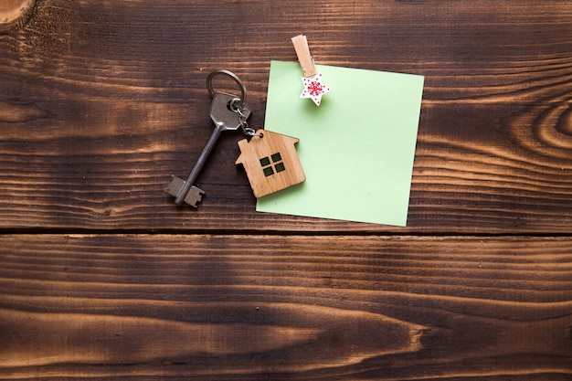 Chiave su un portachiavi con una casa in miniatura