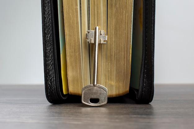 La chiave sta nel libro della bibbia. metafora per scoprire la saggezza attraverso lo studio della letteratura religiosa