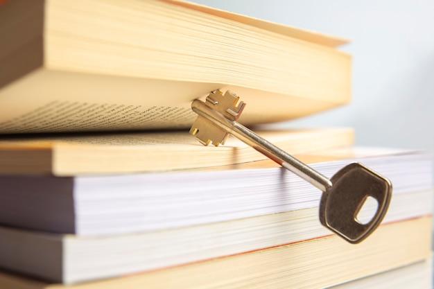 Libro di testo chiave e aperto della vita. il libro è la chiave e l'apertura alla conoscenza e alla saggezza.