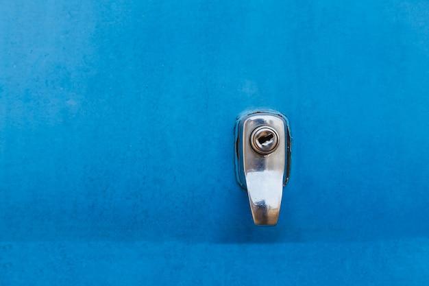 Buco della serratura su sfondo blu