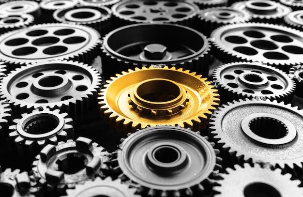 Keyman, successo chiave o concetti di leadership con ingranaggio in metallo dorato