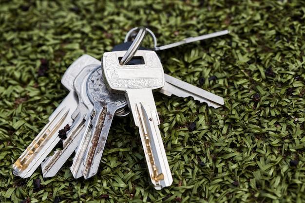 Le chiavi giacciono su erba artificiale. non tornare a casa. foto di alta qualità