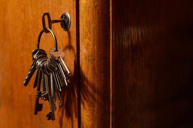 Chiavi nella serratura di un vecchio concetto di porta