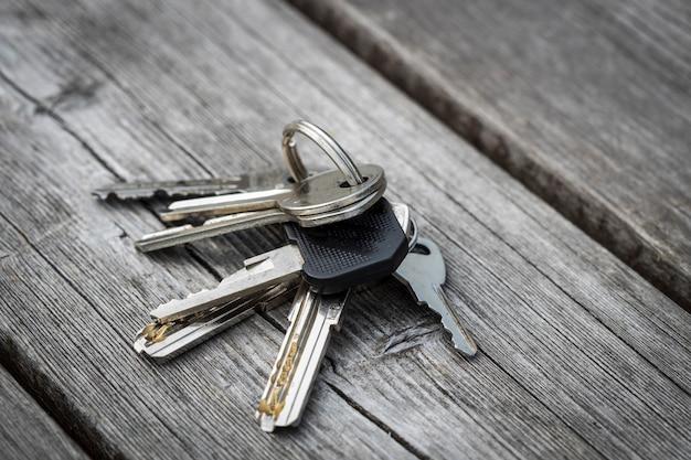 Le chiavi cadute giacciono sulla panchina. non entrare in casa. foto di alta qualità