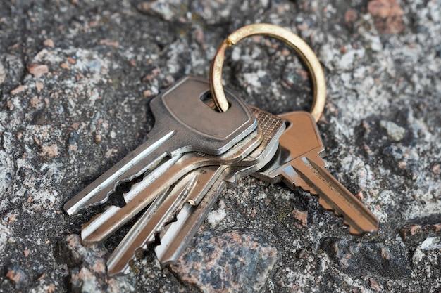 Le chiavi cadute sono sulla pietra. non tornare a casa. foto di alta qualità