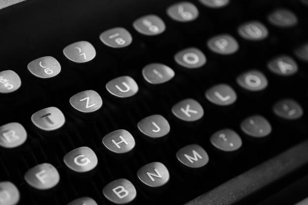 Tasti con lettere della lingua inglese su una vecchia macchina da scrivere