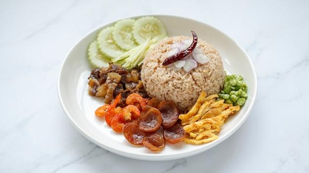 Khao kluk kaphi, cibo tailandese, riso con pasta di gamberi e scalogno