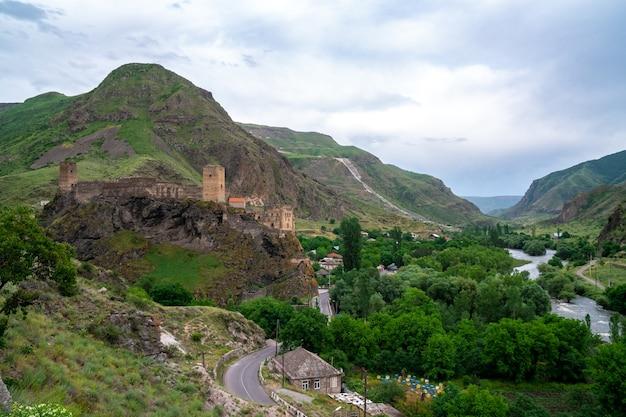 Fortezza di khertvisi su un'alta collina rocciosa nella gola alla confluenza dei fiumi kura e paravani, georgia.