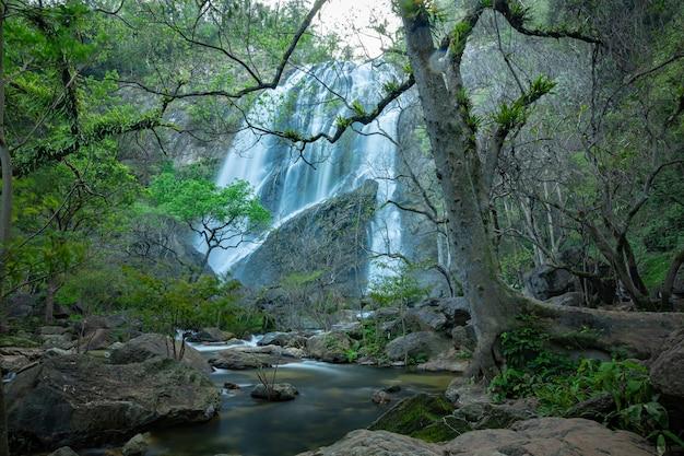 Cascata di khlong lan, belle cascate nel parco nazionale di klong lan della thailandia.