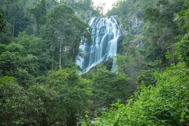 Cascata di khlong lan, belle cascate nel parco nazionale di klong lan della thailandia. Foto Premium