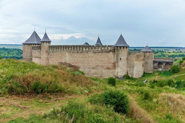 Fortezza di khotyn del x xviii secolo con un complesso di fortificazioni, una delle sette meraviglie dell'ucraina situata sulla riva destra del fiume. dniester nella città di khotyn.