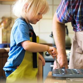 Kid cottura in una cucina