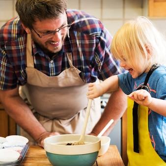 Ragazzo che cuoce con papà