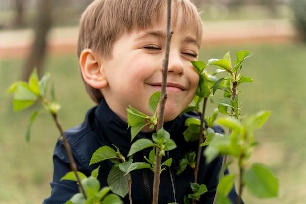 Il bambino è felice di piantare un albero