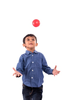 Ragazzo del bambino che gioca con la palla su priorità bassa bianca