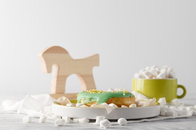 Colazione per bambini con ciambella verde e mini marshmallow