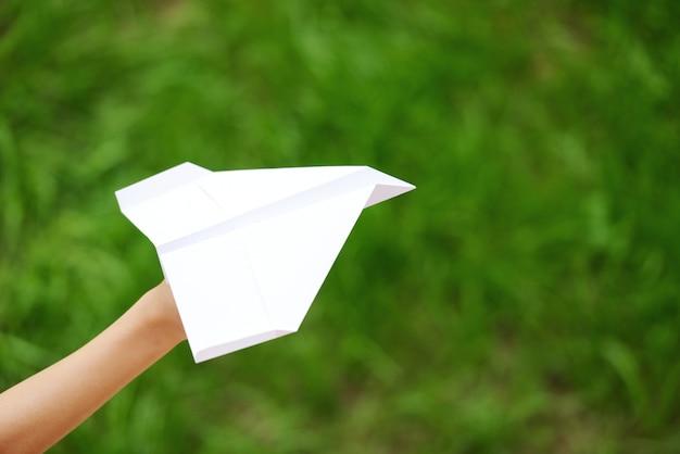 Kid volare un aeroplano di carta Foto Premium