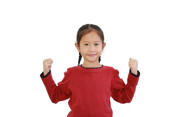 Gesto del bambino forte. bambina asiatica che alza il pugno isolato su sfondo bianco.