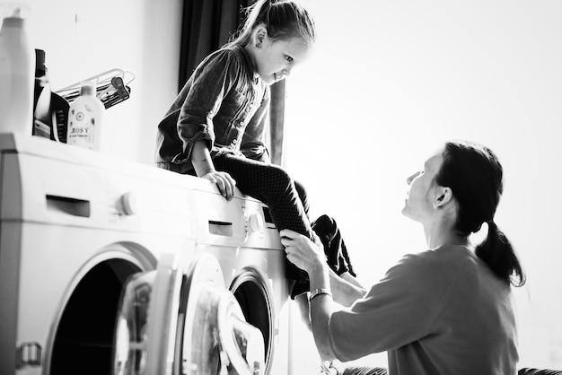 Bambino che aiuta le faccende domestiche