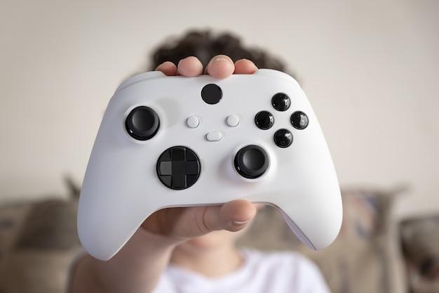 Kid holding controller di gioco di prossima generazione.