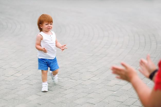 Il bambino piange, si lamenta e cerca il sostegno dei genitori