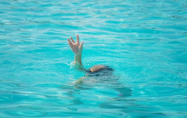 Il bambino sta annegando nel mare. messa a fuoco selettiva. natura.
