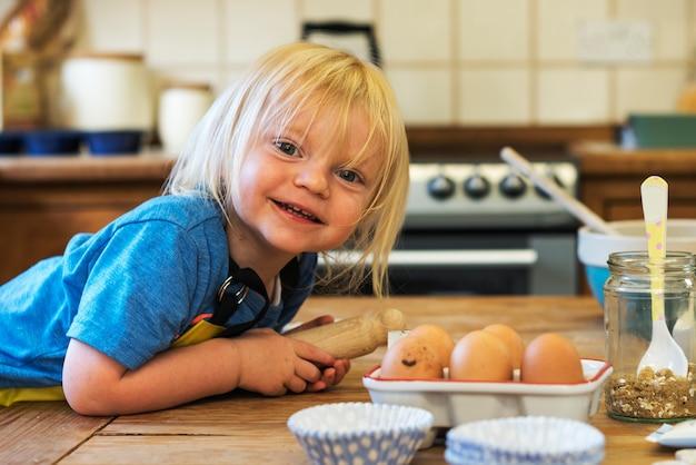 Kid in cucina