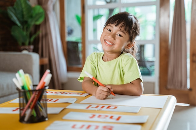 Bambino che impara a casa facendo i compiti
